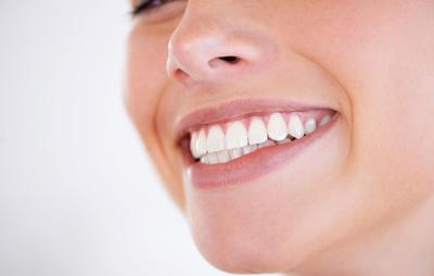 Hvide tænder med tandblegning